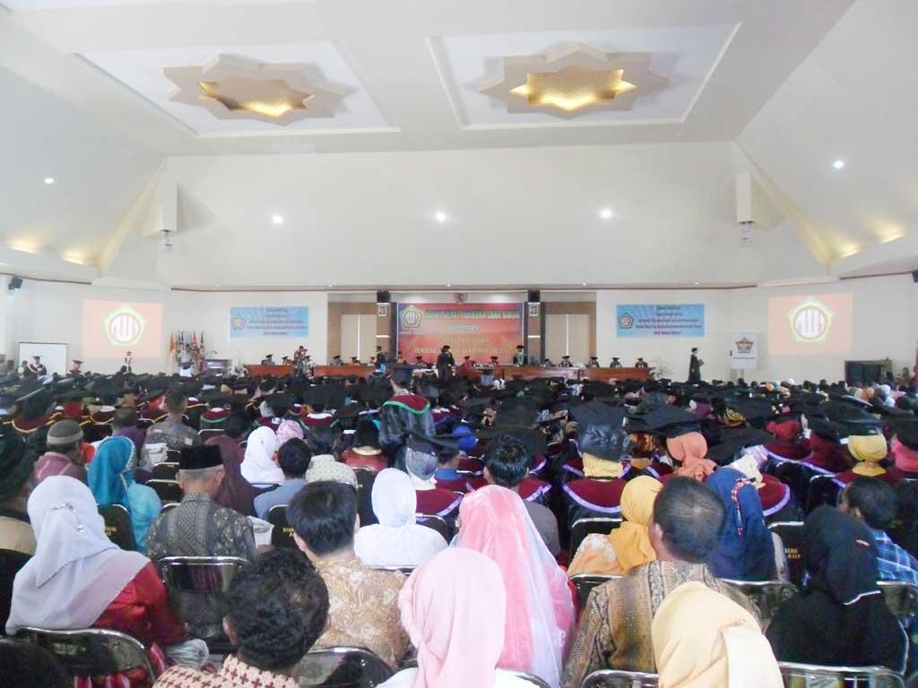wisuda_unidar_2013